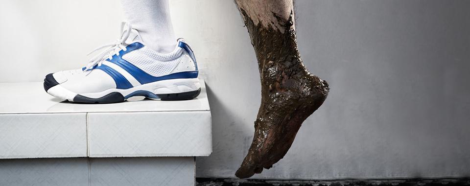 sports-shoe-muddy-foot